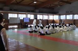 武道場では3年1・2組の女子が柔道の授業を行いました。