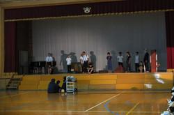 体育館の会場準備が終わった後,2年生は体育館ステージで最終リハーサルを行いました。