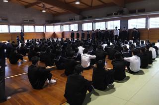 先日の引継式で任命された生徒会執行部のメンバーが一人一人抱負を述べました。