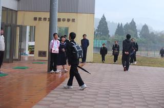 生徒会本部の会計の生徒たちが生徒玄関に立ち,募金を呼びかけます。