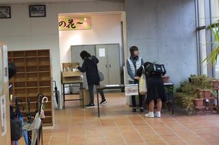 生徒が家から預かってきた提供品を生徒玄関のところで受け付けています。