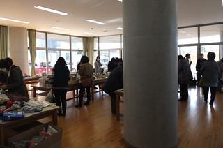 特別棟1階の多目的室では,事業部によるふれあいバザーが行われています。
