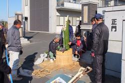3本束ねた竹を土台に土嚢を使って固定します。