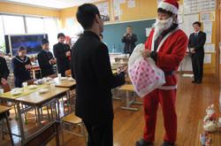 サンタクロースから1人1人プレゼントをもらいました。