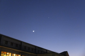 特別棟から見ると,普通棟の上の方に三日月がくっきりと見られました。