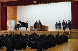 終業式の前に授賞式が行われ,多くの部活動等の活躍が表彰されました。