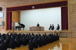 各学年・生徒会代表の生徒たちが冬休みの反省と3学期の抱負を発表しました。
