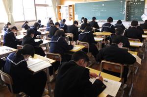 生徒たちは時間いっぱい一生懸命調査問題に取り組んでいます。