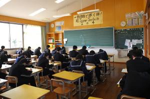 時間いっぱい生徒たちは調査問題に取り組んでいます。