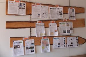 生徒玄関横のスペースには,各小学校が発行した「学校だより」が掲示されています。