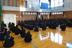 2年生の学年朝会は,今日は体育館で行われました。