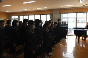 1校時,3年生が音楽の時間に,卒業式で合唱する「旅立ちの日に」の合唱練習をしていました。