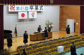 学校長から1人1人に卒業証書が手渡されました。
