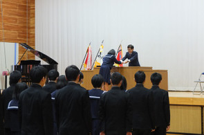 各学年の代表へ学校長から修了証書が手渡されました。