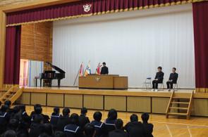 各学年・生徒会の代表の生徒たちが1年間の反省と新年度の抱負を発表しました。