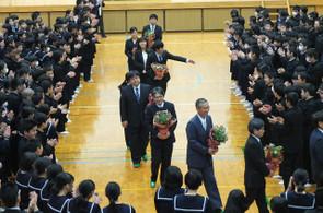 生徒たちがつくった花道を通って,転退職される先生方は退場されました。