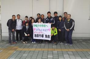 池田先生を囲み,見送りの職員と記念撮影しました。