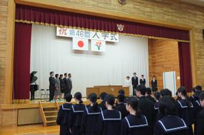 新しく転入された9名の先生方が壇上にあがられました。