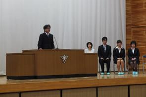 教頭の紹介の後,新任の先生方がお一人ずつ転入のあいさつをされました。