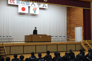 各学年・生徒会の代表の生徒たちが新年度の決意の言葉を述べました。