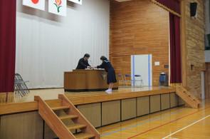 転校した生徒会役員の後任の生徒に学校長から任命証が渡されました。