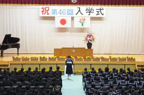 新入生代表の生徒が前に出て,誓いのことばを述べました。