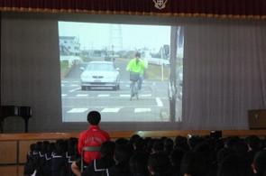 自転車の安全な乗り方についてのビデオを視聴しました。