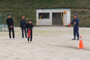 消火器の使用説明後,代表の生徒・職員が訓練用の消火器を使った消火訓練をしました。