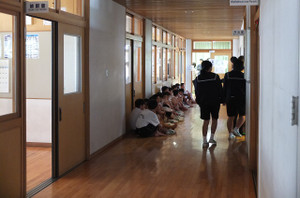 2・3校時,1年生は特別棟1階の多目的室・作法室で心臓検診が行われました。