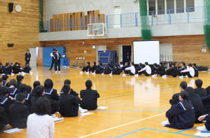 学校長から,生徒会入会式までの準備に関するねぎらいのことば,また,これからの活動の活性化に向けた激励のことばが贈られました。