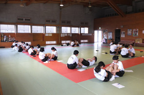 武道場(柔道場)では上体起こしの測定が行われました。