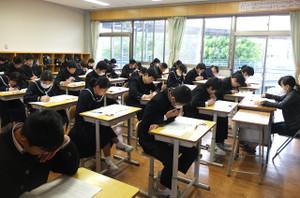 1校時,国語の,主に知識に関するA問題に取り組んでいます。