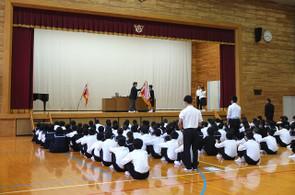 全校朝会の最初に4つの部活動の活躍が表彰されました。