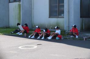 1年生は学校内。天気がよいので,外でも腰を落ち着けてスケッチすることができました。