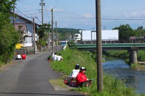 3年生は新町。川沿いののどかな風景をスケッチしていました。