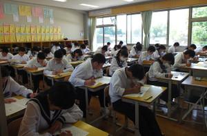 3年生は第1回目の実力テスト。1校時から国・理・英・社・数の5教科のテストが1日で行われます。