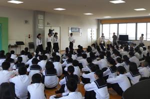 1年の学年朝会では,まず,各クラスの委員長が学級の紹介をしました。