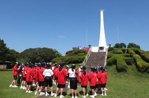 串良平和公園の慰霊碑でガイドさんの説明をお聴きしました。