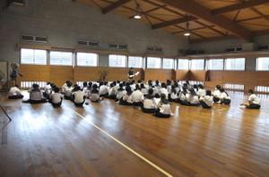 金曜日に英語検定を受検する生徒たちを集めて,昼休み体育館で事前指導が行われました。