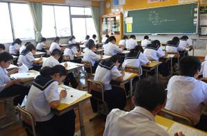 3校時,1年生は理科。生徒たちは真剣にテストに取り組んでいます。