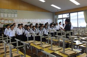 昼休みや放課後を利用して,各クラスごとにそれぞれのクラスの合唱曲の練習に取り組んでいます。