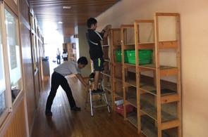 職員室前の棚は地震による転倒の危険を防止するため,ワイヤーで補強を行いました。