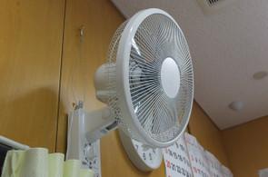 教室の扇風機も地震等で落下することがないよう,ワイヤーで吊すように補強していきます。
