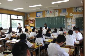 生徒たちは,日頃考えていることを原稿にまとめ,1人ずつ,みんなの前で発表しました。