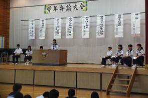各学級2名計8名の代表が壇上にあがって発表しました。