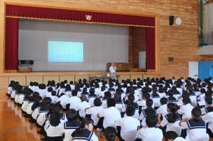 ネットポリス鹿児島の戸髙さんをお招きして情報通信機器安全教室を行いました。