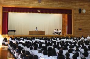 各学年・生徒会代表の生徒が,壇上で1学期の反省と夏休み・2学期の目標と抱負を発表しました。