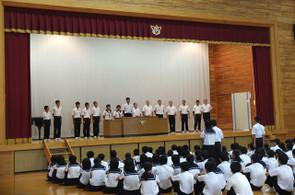 県大会を制し,九州・全国大会へ出場する生徒たちが壇上にあがり,代表の生徒が決意の言葉を述べました。