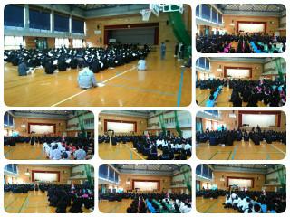 生徒会本部役員の生徒たちが,新入生に向けて生徒会の仕事や末吉中の生活の流れを劇で紹介しました。