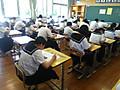 生徒たちは一生懸命テストに取り組んでいます。